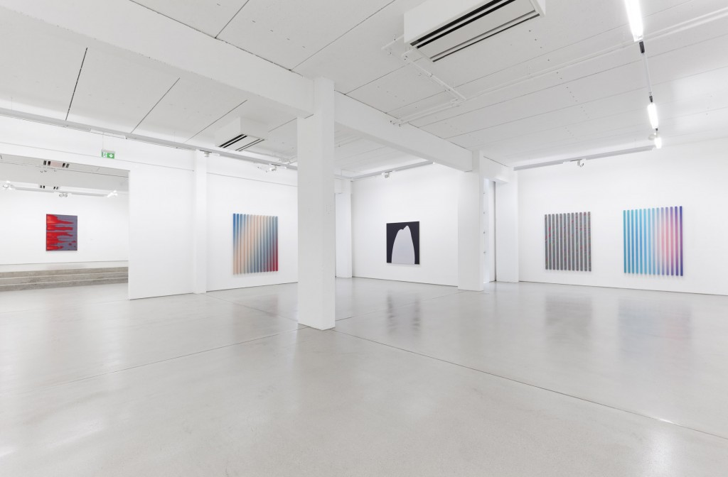 Ausstellungsansicht / installation view, Peter Krauskopf: Rotes Bild (2015), Dennis Loesch: Gradient No. 16 (Das Treffen, 2015), Stefan Behlau: Romeo (2015), Dennis Loesch: Frau im Mond II (modified, 2015), Gradient Nr. 18 (Fun Fun de de Siècle Siècle, 2015), photo: Dotgain.info © the artists & G2 Kunsthalle, Leipzig.