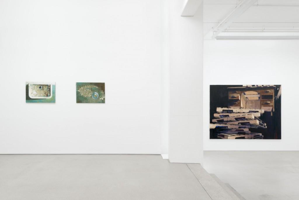 Katrin Heichel - NOCTURAMA, G2 Kunsthalle, 22. April - 7. August 2016, photo: Uwe Walter, Berlin/Leipzig, courtesy the artist © G2 Kunsthalle, Leipzig & VG Bild Kunst, Bonn 2016. Von links nach rechts: Waschung IV, 2009; Honig III, 2009; Höher, 2012.
